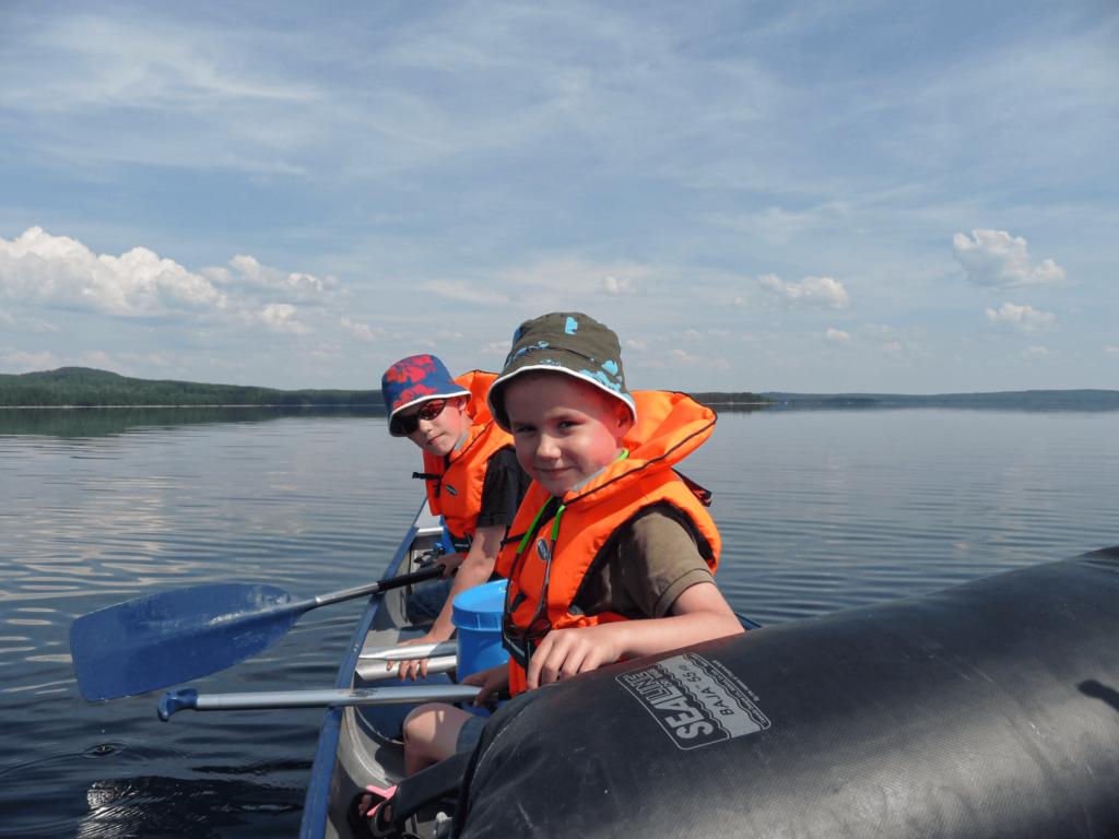 glada barn i kanot