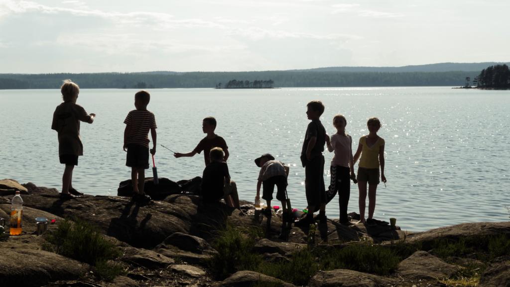 barn vid sjö