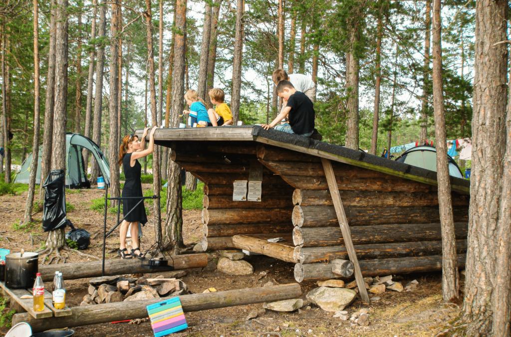 Camping vid vindskydd