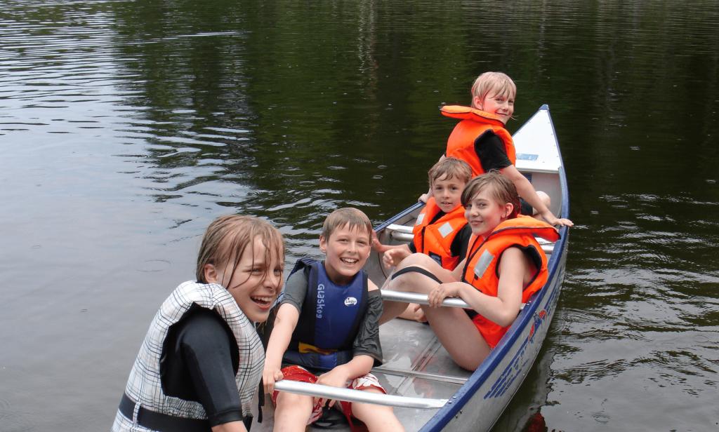 barn i kanot