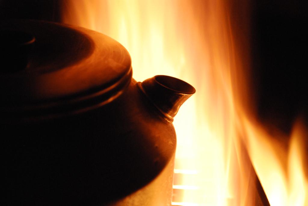 kaffekanna över öppen eld