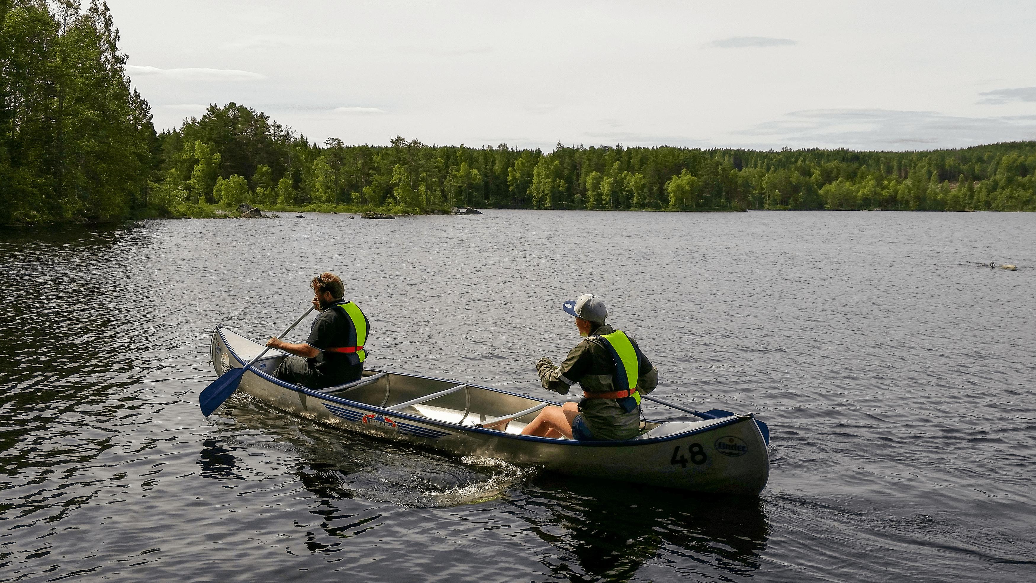 två personer i kanot på sjö