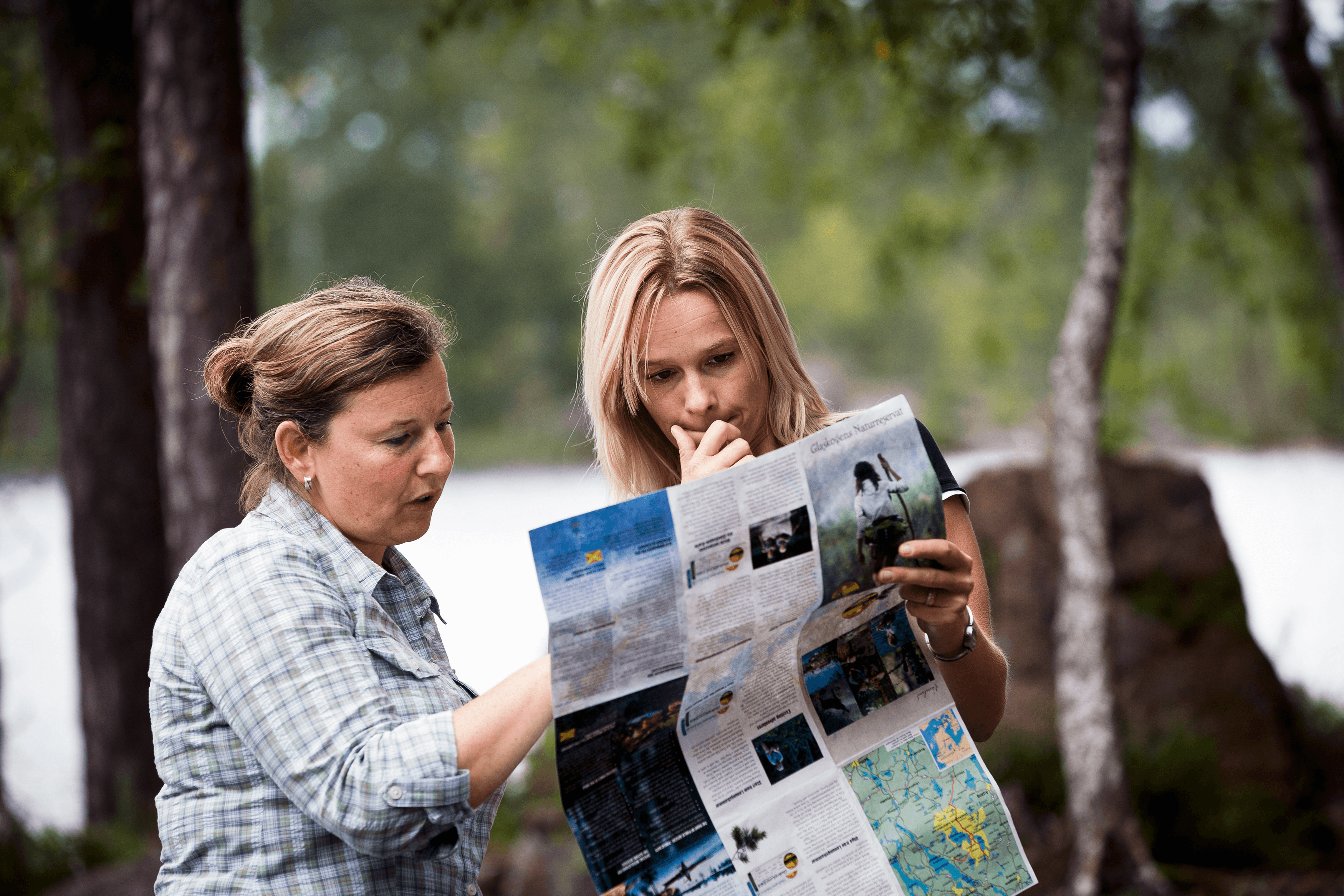 Två kvinnor vandrar och läser kartan